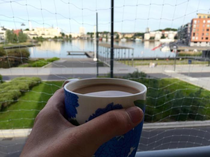 En kaffe på balkongen normala dagar (när jag inte försovit mig) är det bästa jag vet! Nätet är för att inte katterna ska rymma.