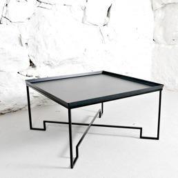 Kvadratiskt soffbord med svart metallskiva.