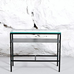 Sideboard med glasskiva och metallram.