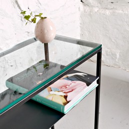 Sideboard med glasskiva.