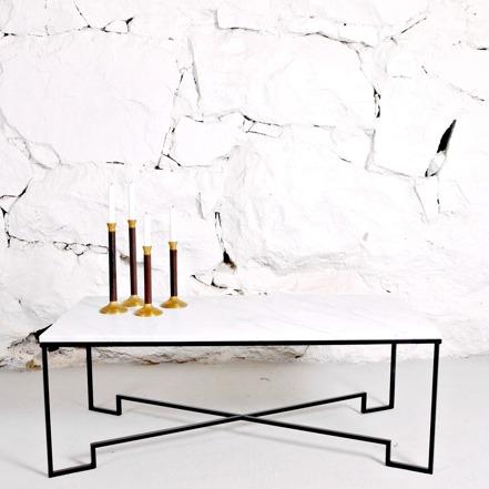 Rektangulärt soffbord med svart metallstomme och vit marmorskiva.