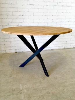 Matbord med träskiva och metallstomme. Diameter: 110 cm