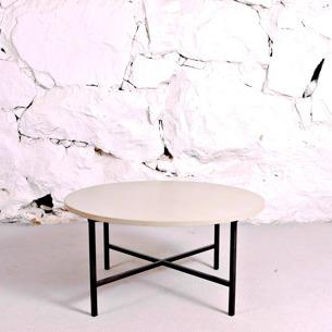 Soffbord med betongskiva och svart metallstomme.