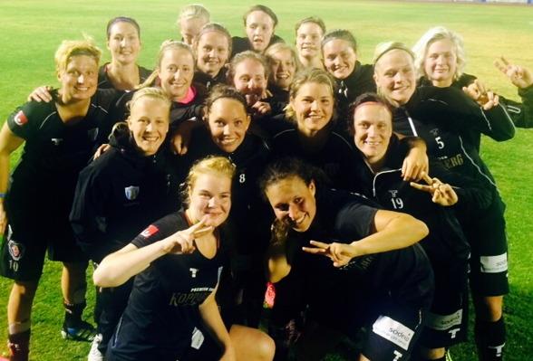 Efter 14-1 i träningsmatchen på Kanarieöarna var KGFC-tjejerna så klart väldigt glada. Allt gnuggande och nötande av anfallsspel under lägerveckan tycks ha gett resultat. Foto: LASSE SVENSSON