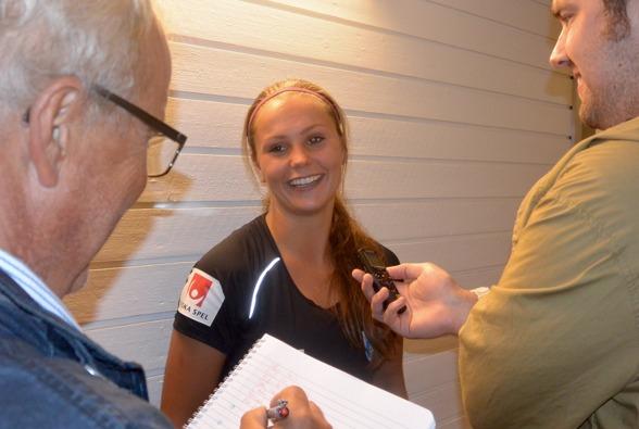 Efter sina två mål mot Vittsjö var Lieke Martens hett villebråd för presskåren. Här gör de tunga medieprofilerna från GT och GP, Stefan Nilsson och Axel Ohlsson segerintervjuer. Foto: TORE LUND