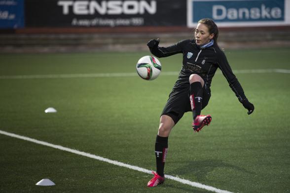 Elin Landström är en av de nya i KGFC-truppen inför säsongen 2016. Hon ser mycket fram mot att äntligen få göra matchdebut i sina nya klubbfärger. Foto: GUERILLAPHOTO