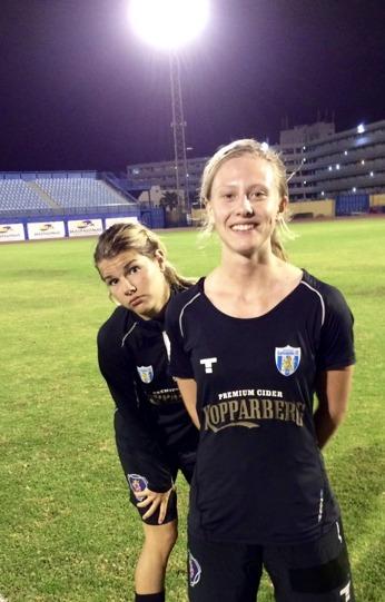 Rebecka Blomqvist var den ena av två tremålsskyttar i måndagkvällens match. Andrine Hegerberg som kikar fram där bakom gjorde två av målen. Härligt, tjejer! Foto: LASSE SVENSSON