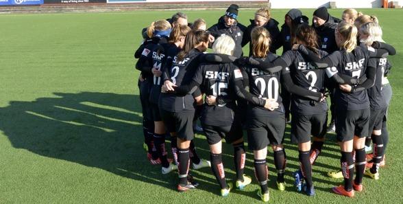 """""""Bra match, tejer!"""" Strefan Rehn var nöjd och peppade sina spelare efter solklara 6-0 mot Kungsbacka. Foto: TORE LUND"""