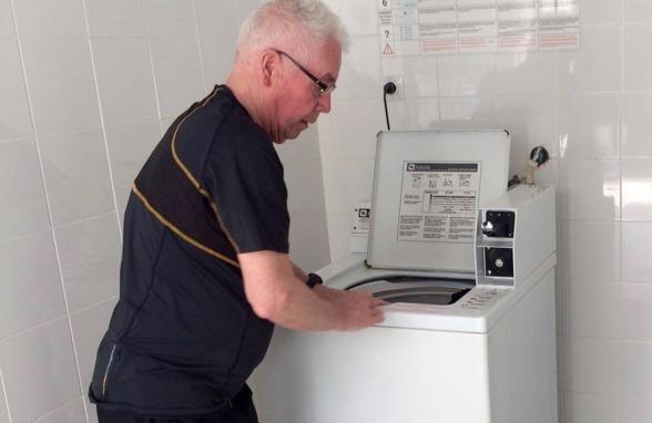 """Roland """"Rolle"""" Lundström vid sin kära tvättmaskin. Ingen har servat tjejerna som honom de senaste nio åren påValhalla IP. Foto: LASSE SVENSSON"""