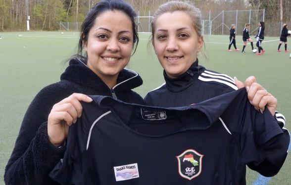 Sålin Ibrahim och Jasmin Antwan Pusan visar stolt upp sin nya matchtröja. Foto: TORE LUND