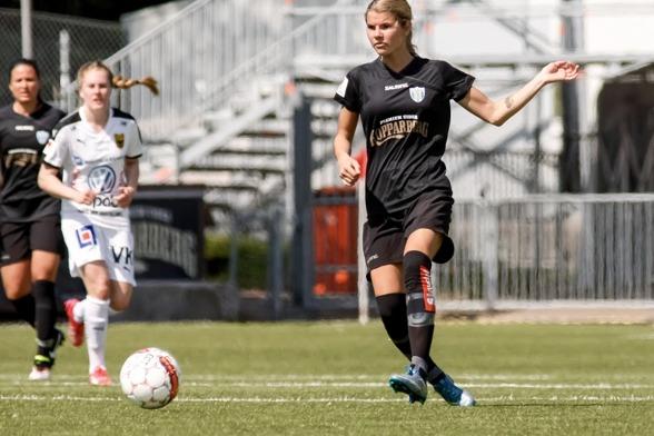 Andrine Hegerberg är en av de viktiga kuggarna på KGFC:s mittfält och har hon fått rollen som en ansvarstagande och mer defensiv spelare än under tidigare säsongER. Foto: PER MONTINI