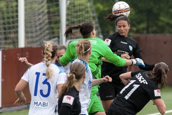 Beata Kollamats i en nickduell i matchen mot Djurgården. 'Bea' var en av planens bästa, styrde backlinjen och var klockren i 90 minuter. Foto: PER MONTINI