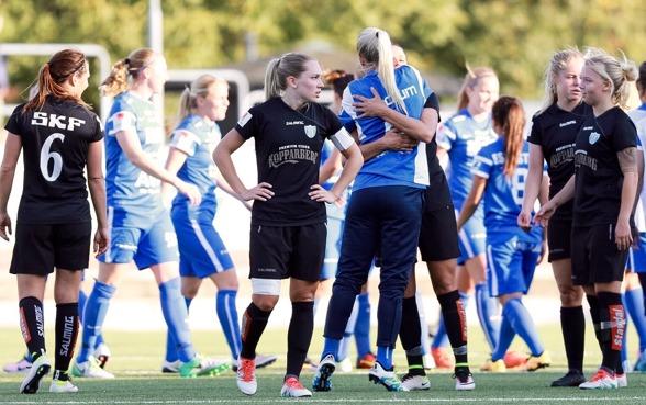 """Det var hängiga huvuden och deppigt efter förlusten mot Eskilstuna. """"De var bättre än oss i dag"""", menar lagkepten Elin Rubensson. Foto. JESPER PRYTZ"""