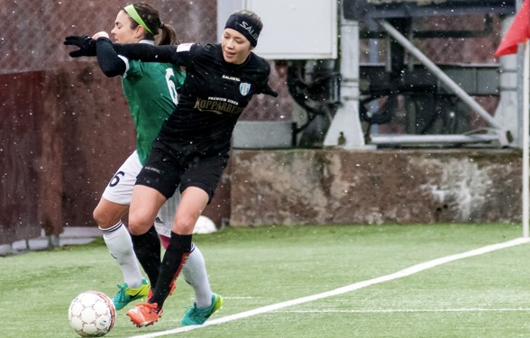 Den ofrivilliga mittbacken Elin Landström ser fram mot årets första tävlingsmatch. FOTO: PER MONTINI