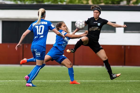 Catrine Johansson i närkamp med Malin Diaz i matchen mot Eskilstuna. Nu väntar Bajen – och KGFC tänker fajtas. Foto: PER MONTINI