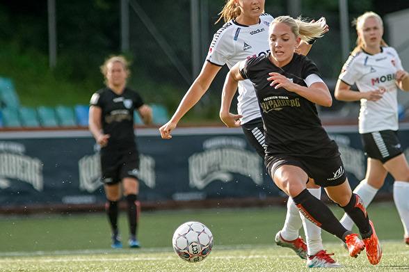 Elin Rubensson och hela KGFC gjorde en bra match mot Hammarby och låg närmast segern. Men bollen ville inte leta sig in i motståndarburen. Foto: PER MONTINI