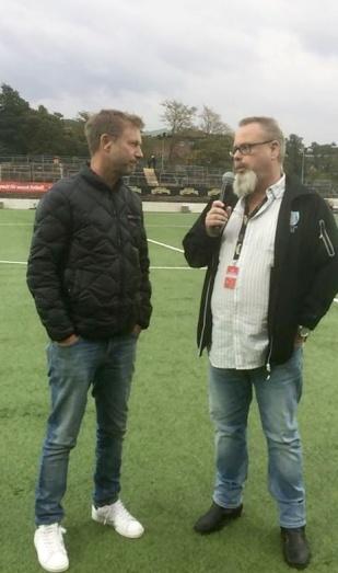 Damlandslagets förbundskapten Peter Gerhardsson intervjuades under pausvilan av KGFC:s Tore Lund. Foto: MICHAEL LUND