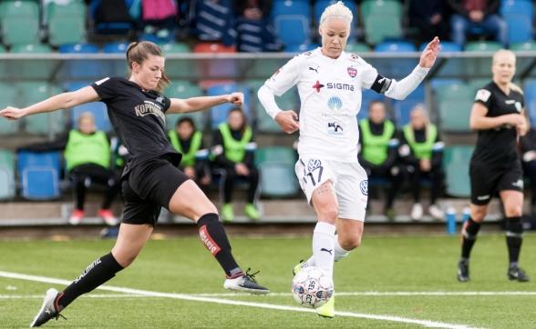 Pauline Hammarlund i en tuff duell med Caroline Seger i söndagens match på Valhalla IP. Foto: PER MONTINI