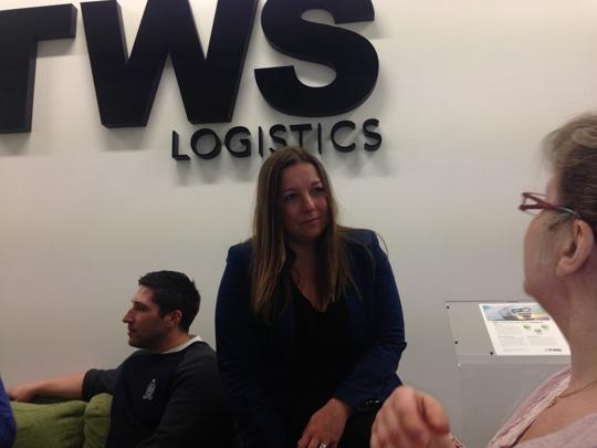 Kim Witt, HR-ansvarig på TWS i Malmö, i samtal med personalen.