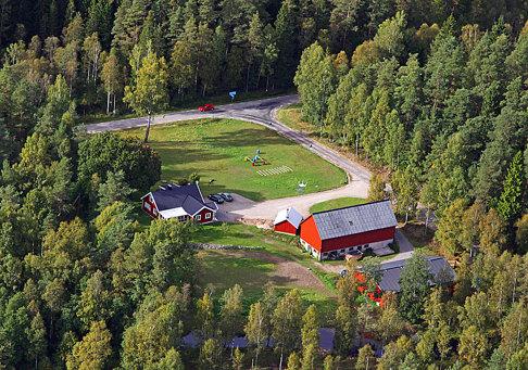 Skallinge Gård ligger naturskönt omgiven av skog i Simlångsdalen