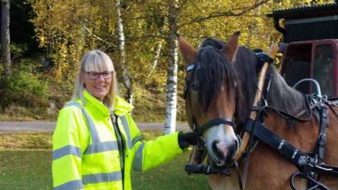 Liiv redo att komma iväg på en tur med häst och vagn i natursköna Simlångsdalen