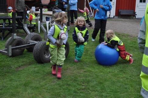 Hoppla min pålle! Jag tillverkade 3 käpphästar inför besöket och till min stora glädje verkar barnen gilla att leka med dem!