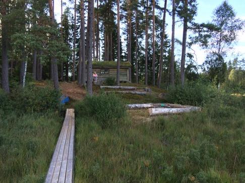Här  sitter vi och mediterar  med utsikt över sjön. Välkomna till natursköna Simlångsdalen och vår stuga!
