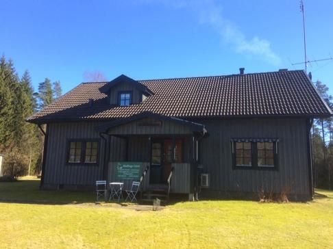 Välkomna till Skallinge skola, där vi erbjuder boende och möteslokal. Så här såg huset ut i maj månad 2017.