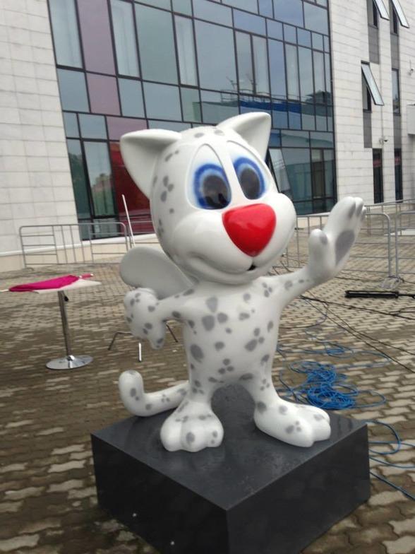 Tävlingsmascoten på Universiaden vinkar glatt !