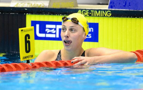 Jennie Johansson slickar sig om munnen efter det svenska rekordet på 50m bröstsim