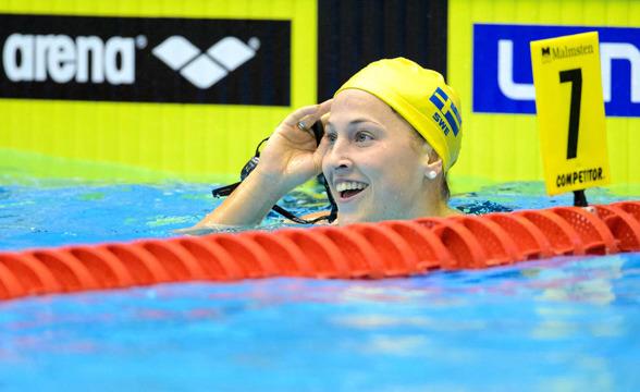 Ida Lindborg för fösta gången under minuten på 100m ryggsim