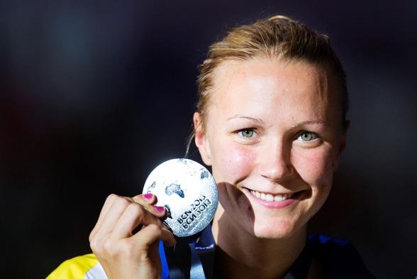 Sarah visar sin andra VM-medalj under Barcelonatävlingarna.