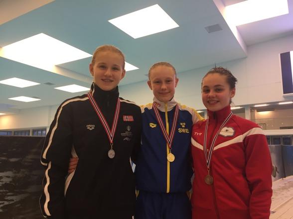 Guld-Emma, nöjd och glad efter sin prestation på 1m.