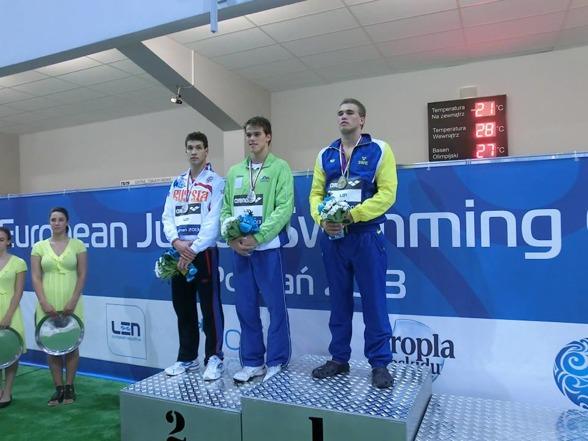 Det första svenska EJM-guldet på herrsidan under 2000-talet togs idag av Sundsvallssimmaren Johannes Skagius. Här prisutdelningen i Poznan. Delat silver bakom Skagius på prispallen.