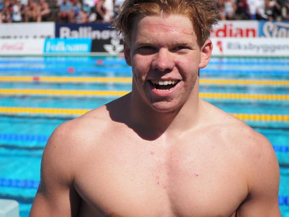 Alexander Frost - svensk juniormästare på 50m fjärilsim - 25,09. Blev 10:e man i försöken.