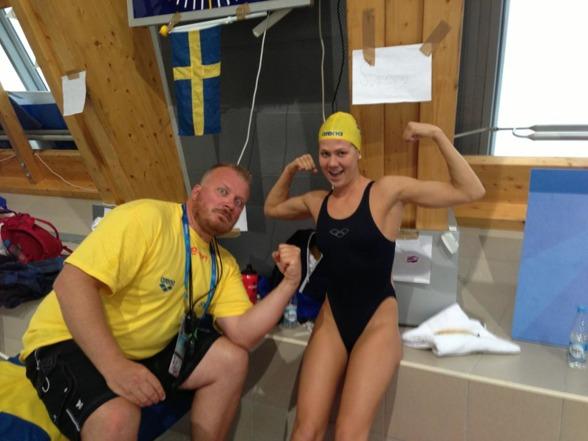 Henriette Stenkvist var i semifinalen av 200m ryggsim nere på resultatnivåer som hon simmade på för några år sedan. Här pepead av tränaren Johahn Andersson under kvällens uppvärmning.