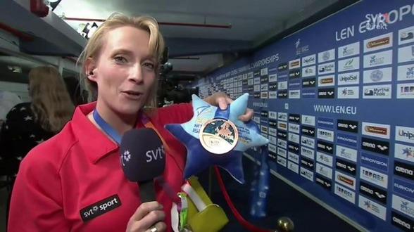 Närmare än så här har aldrig Maria Wallberg, SVT varit en EM-medalj - när hon fick vakta Louise Hanssons medalj.