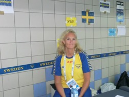Charlotte Wallin är EJM-truppens fysio och läkare. Charlotte under artistnamnet Persson var en gång i tiden Sum-Sim mästarinna på 400m fritt.