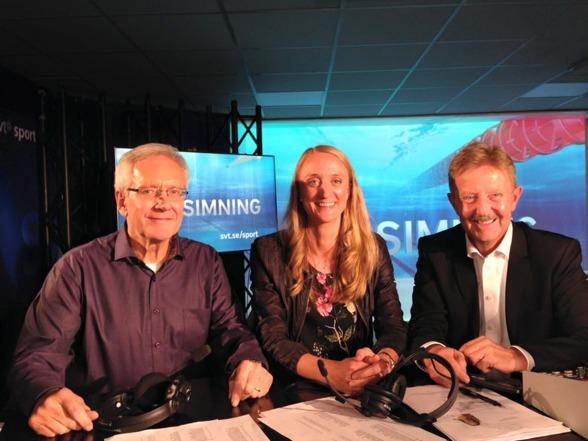 Hasse Chrunak (här till vänster) gör idag söndag sin sista insats som expertkommentator för SvT. Efter 11 år tillsammanns med Staffan Lindeborg (till höger) - så skall Chrunak köra sina Oneliners uppe i Kallax för myggen och de andra. I mitten gårdagens gäst i Simstudion - Johanna Sjöberg