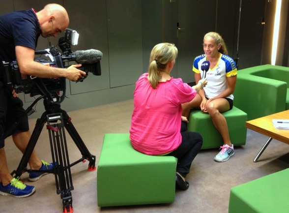 En av dagens svenskor, Joline Höstman, i snacj med SvT:s Maria Wallberg