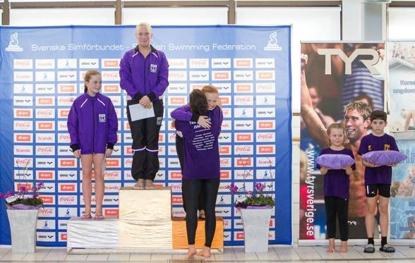 """""""Purple rain"""" under prisceremonin för flickor 3m när Malmö KK kammade hem samtliga medaljer. Foto: Chris Rye"""