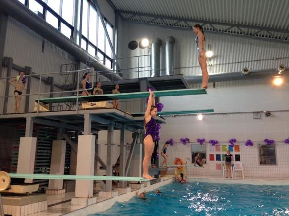 Några av Malmö Kappsimningsklubbs 22 deltagare vid junior SM 2016 förbereder sig för tävling.