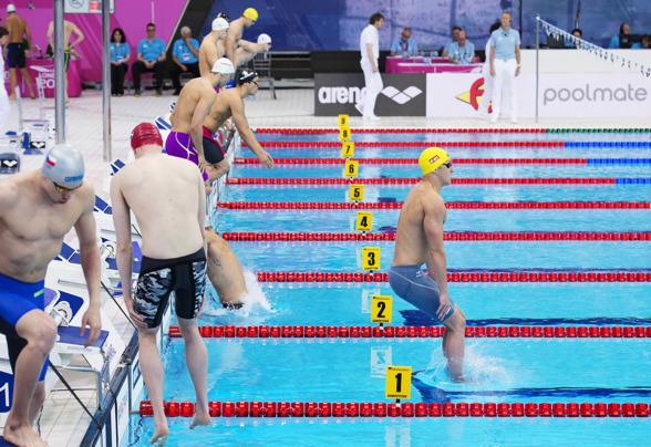 Mattias Carlsson tar sig i vattnet på 200m ryggsim.
