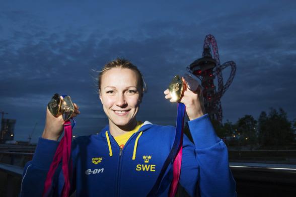 Sarah Sjöström visar upp medaljssamlingen efter EM - tre individuella guld.