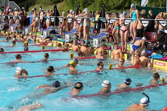 Själva sinnebilden av svensk simning på sommaren. Sol, ute, massor med simmare och spänning i luften.