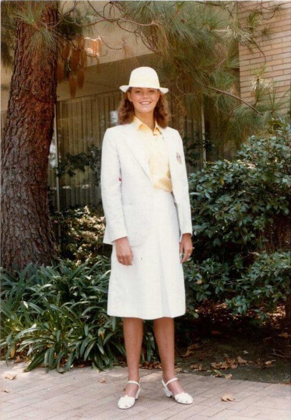 """Ann Linder (numera Christiansen) såg ut så här i Los Angeles 1984 och skriver så här: """"Tant Ann och med 80-tals permanent med lockar i håret med henna-röd färg var det ...speciellt...jag har fortfarande mina Adidas tofflor med gult och blått."""""""