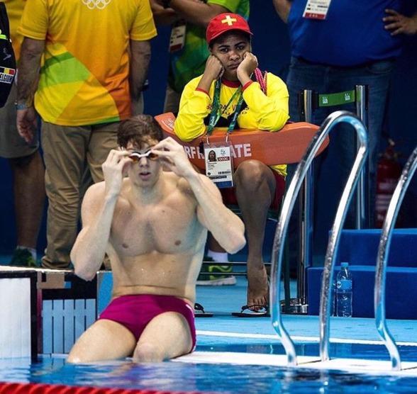 """Den här härliga bilden hittade vi på Facebook idag med följande text: """"If you ever feel useless just remember that someone is a lifeguard at the olympics swimming event"""""""