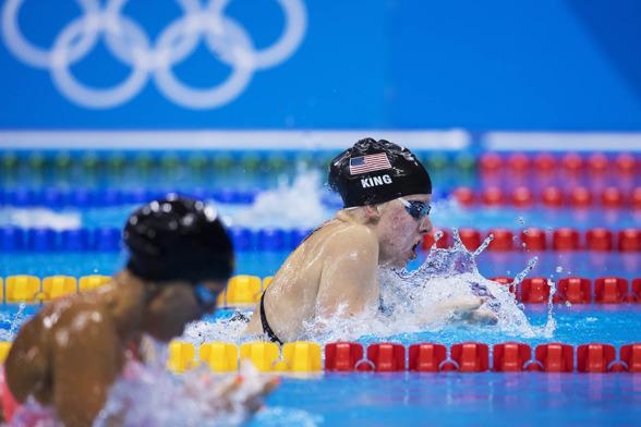 Amerikanskan King vann damernas 100m bröstsim - här före ryska Efimova.