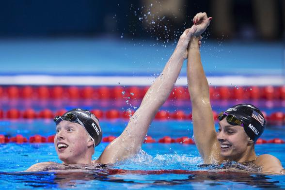 Amerikanskorna jublar efter dubbla medaljer på 100m bröstsim