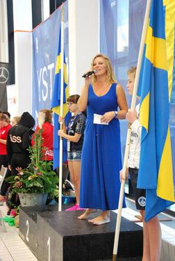 Ystad - nationalsången inleder tävlingarna.